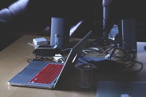 Cómo la luz de la pantalla del ordenador está afectando a su patrón de sueño